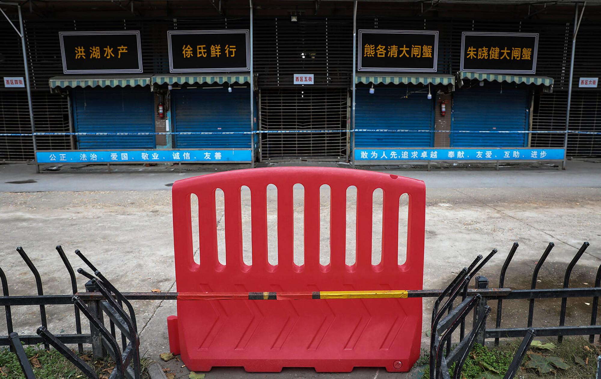 Imatge del mercat de Wuhan, el suposat origen del nou coronavirus, precintat per la policia.