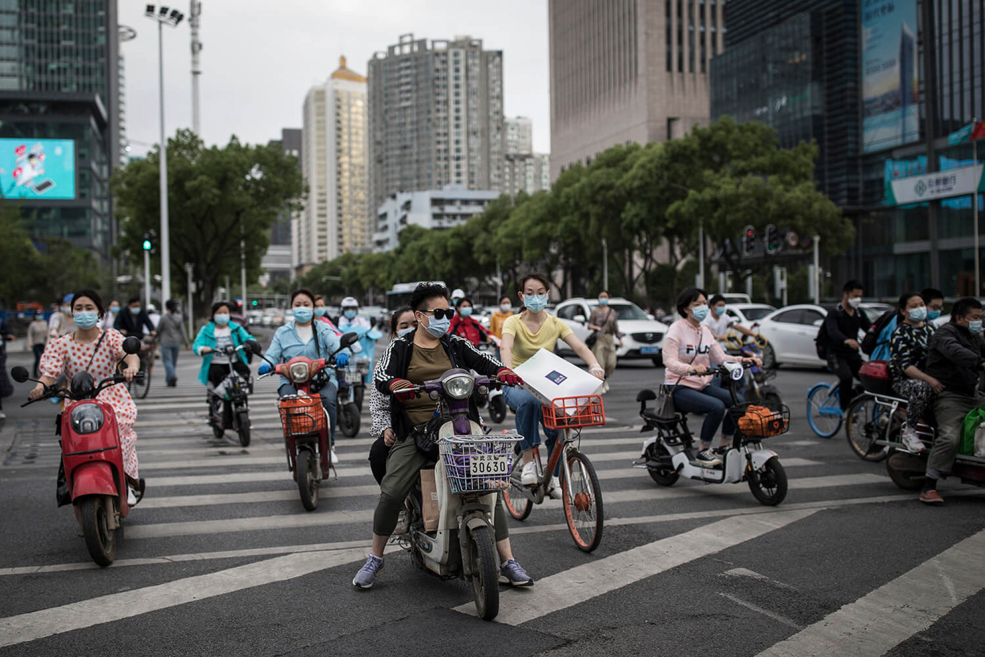 A la Xina tornen a sortir al carrer després de setmanes de confinament estricte, també a Wuhan