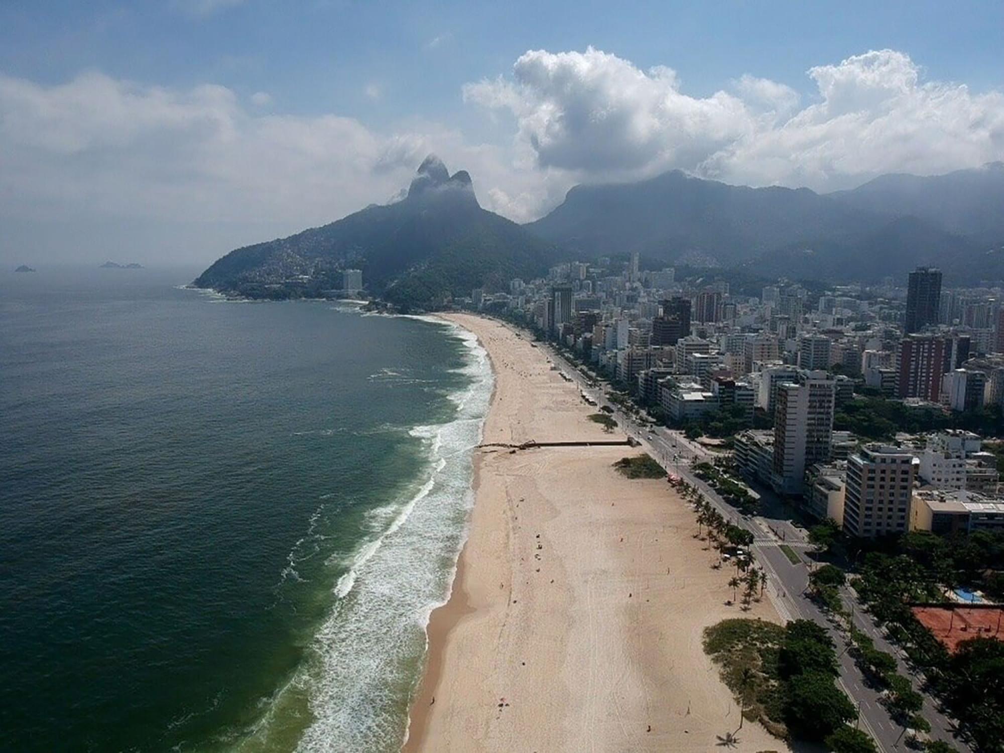 La platja d'Ipanema buida de gent a Rio de Janeiro, el Brasil