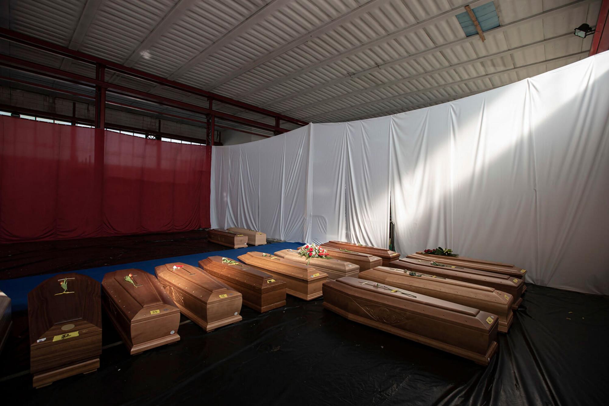 Diverses taüts de persones mortes per covid-19 a la ciutat de Ponte San Pietro, a la província de Bèrgam.