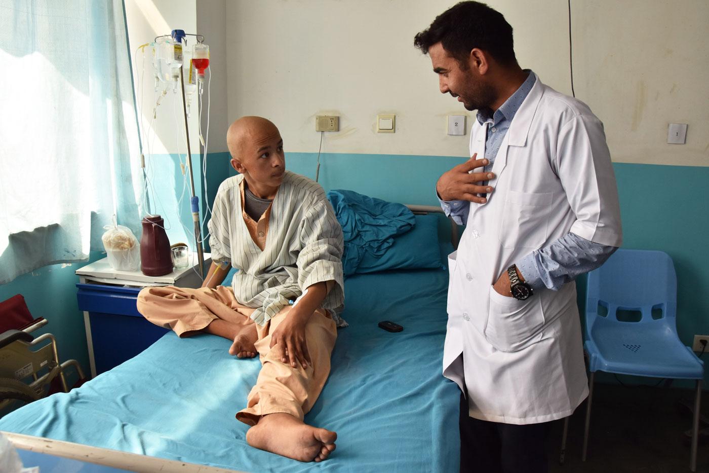 El doctor Kifayatullah Safi parla amb un pacient a la unitat oncològica de l'hospital Jamhuriat, de Kabul.