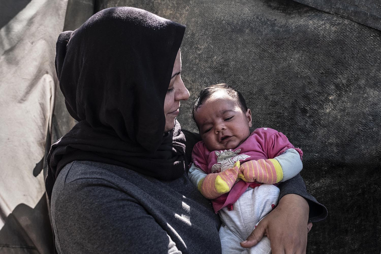 La Mariam amb la seva filla de 14 dies, fotografiada a la seva barraca.