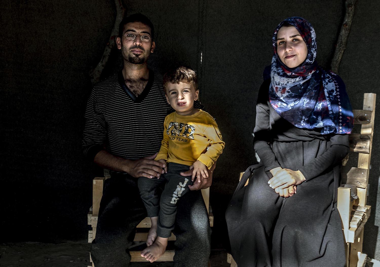 Kamar, amb el seu marit Mohammed i el petit Mustafà, s'han fet un petit cobert amb vistes a la ciutat i el mar.