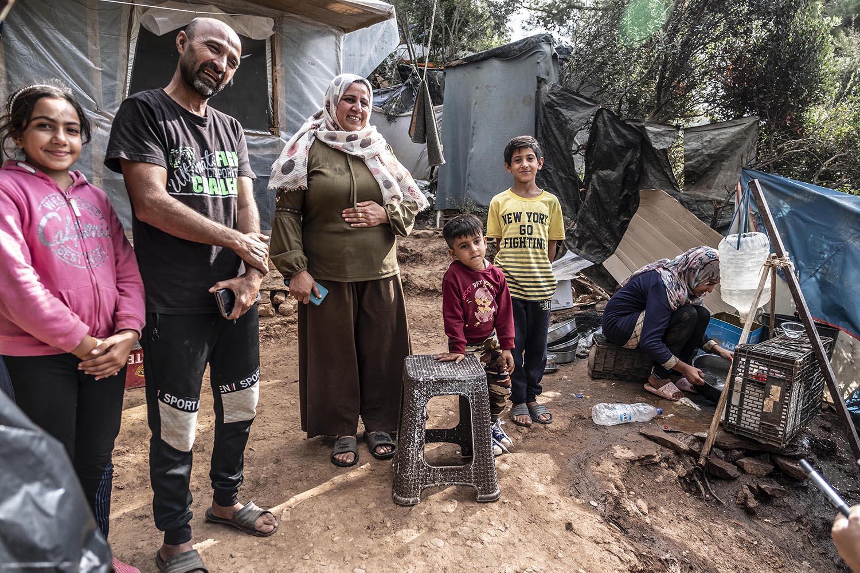 La familia Bozou, d'origen kurdosirià, al davant de la seva barraca.