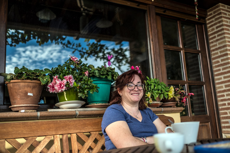 Tina Ariño al jardí de casa seva, a Los Olmos.