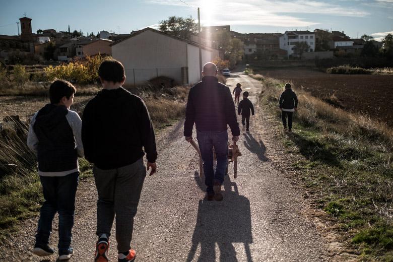 El mestre de l'escola rural de Los Olmos fent una activitat no curricular amb alguns dels 7 alumnes del centre.