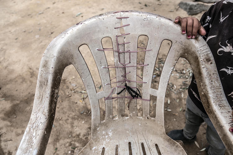 Una cadira reutilitzada i 'cosida' a casa d'una família de l'Afganistan. Les cadires són un dels objectes més preuats al campament.
