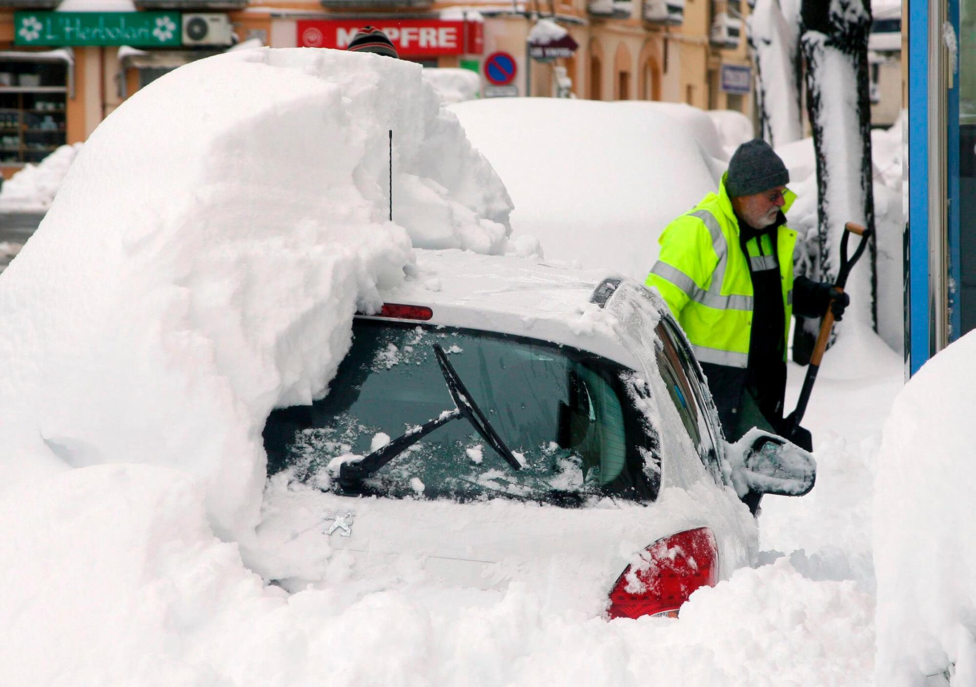 Cotxes coberts de neu en un carrer de Falset (Priorat).