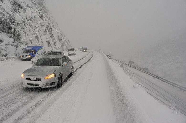 Vehicles aturats a la Jonquera per la intensa nevada del 8 de març del 2010.