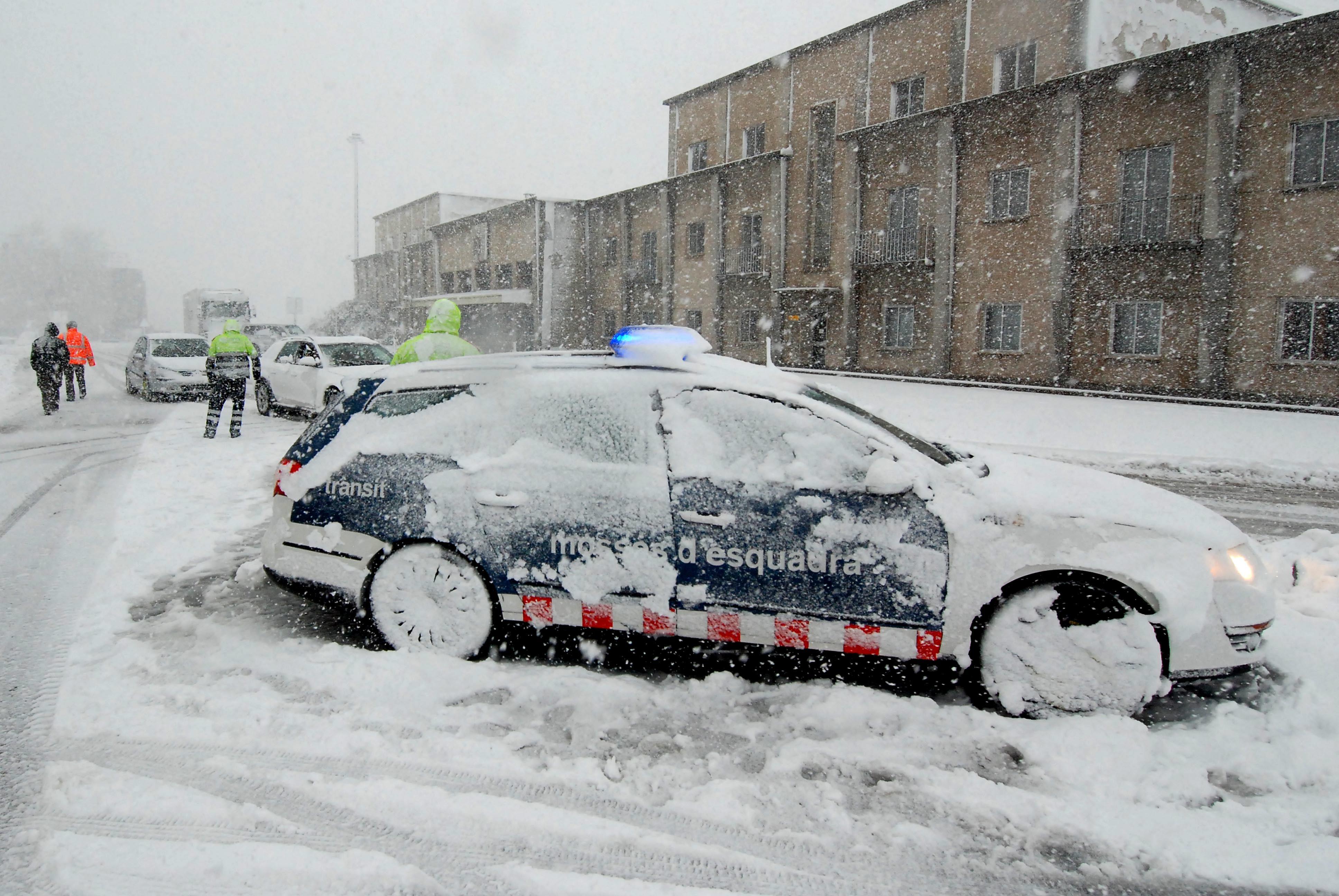 Els Mossos d'Esquadra desvien cotxes a la Jonquera.
