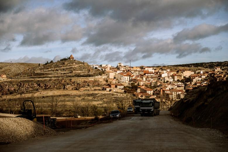 Ejulve, amb la carretera en obres al seu accés.