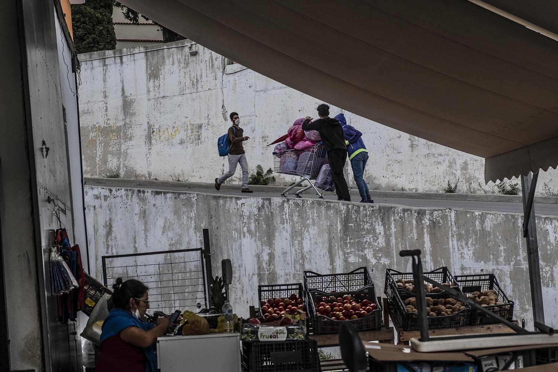 La policia permet als refugiats sortir del camp de 8 h a 20 h per anar a la bugaderia o a comprar.