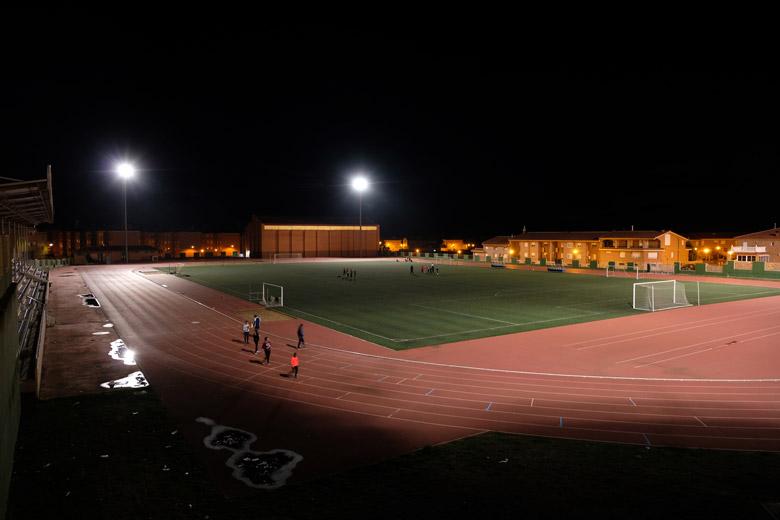 El camp de futbol i la pista d'atletisme d'Andorra un dia entre setmana.