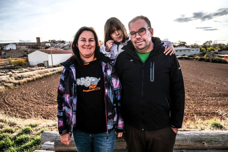 Blanca Miguel i Ignacio Ciércoles amb la seva filla gran davant la nau on preparen mel, al poble de Los Olmos.