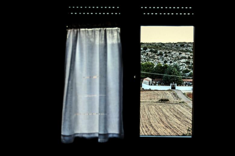 El cementiri de Los Olmos vist des de la finestra d'una casa del poble.