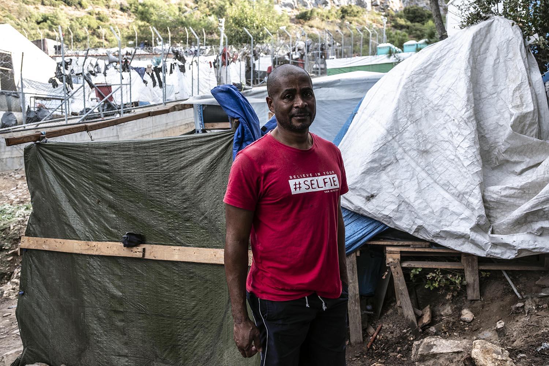 Gily Roger a primera hora del matí al costat de la seva tenda de campanya reforçada amb plàstics i fustes.