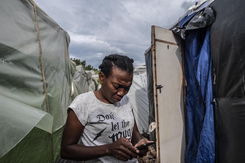 Monine Alexi a la porta de la seva barraca, on dorm la seva filla de 18 anys.