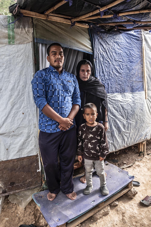 Hassan i Fàtima Housseini, provinents de l'Afganistan, amb el seu fill petit.