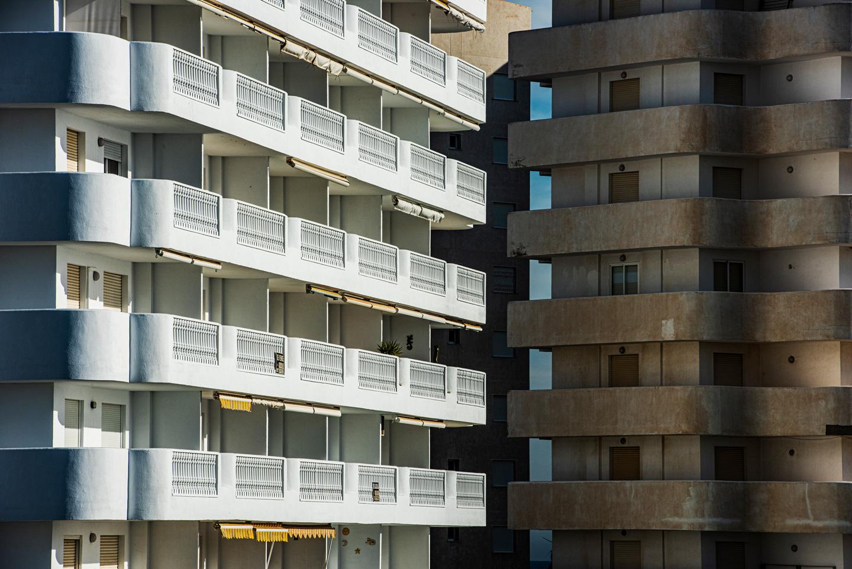 Una fachada de un bloque de apartamentos de la Manga del Mar Menor, destino turístico por excelencia de sol y playa en España.