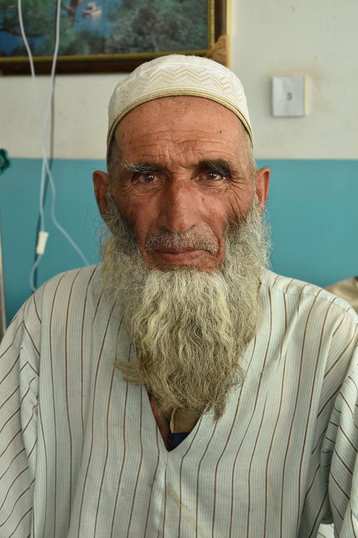 Haji Asil pateix càncer d'esòfag. Al Pakistan li van diagnosticar la malaltia, i ara rep tractament a Kabul.