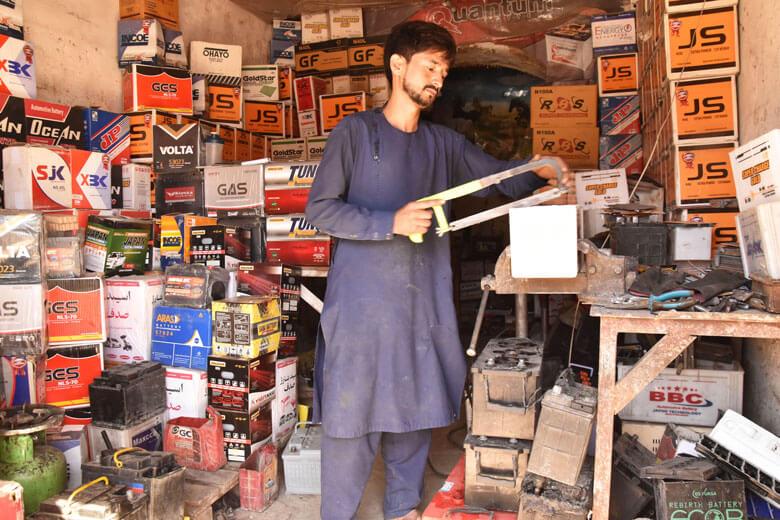 Sayed Fawal, a la seva botiga a Kabul. Ven més bateries aquests dies per la falta d'electricitat a la capital.