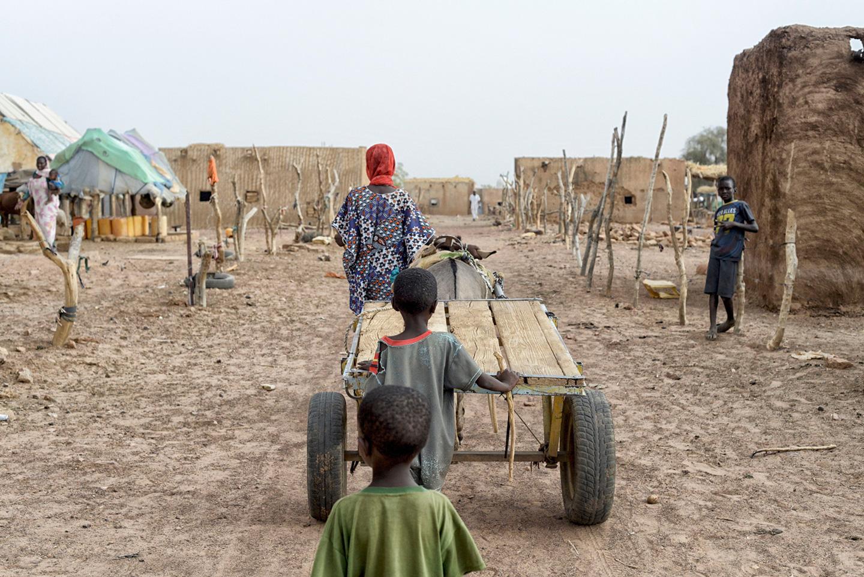 Una dona caminant al costat d'un ase en una de les aldees de la regió de Guidimakha, al sud de Mauritània