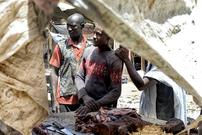 Mahmoud davant de la seva parada de carn al mercat de Bassikounou