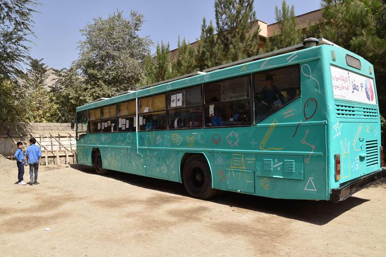 Un dels autobusos biblioteca de Charmaghz.