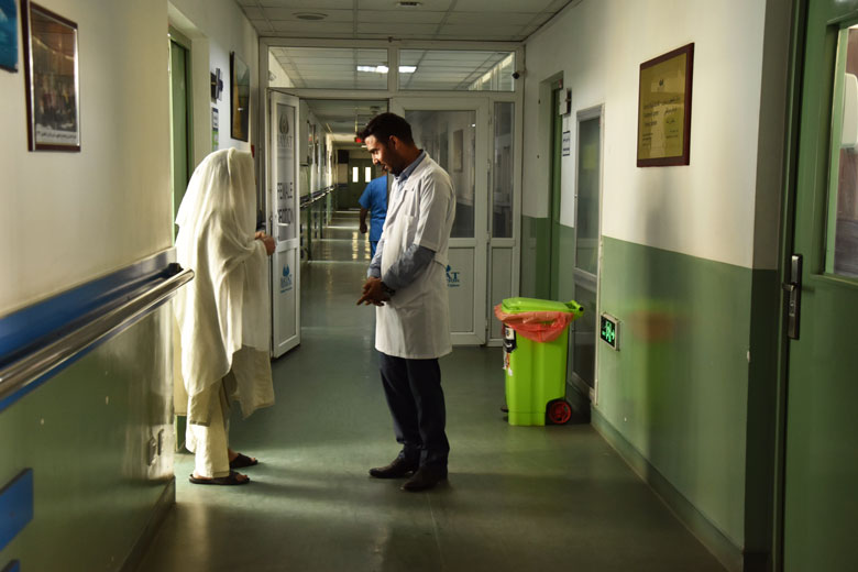 Una dona parla amb un metge a la única unitat oncològica que existeix a l'Afganistan.