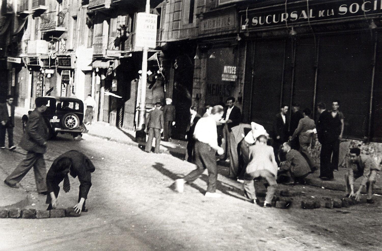 Una de les primeres barricades que es van construir a Barcelona el 19 de juliol del 1936