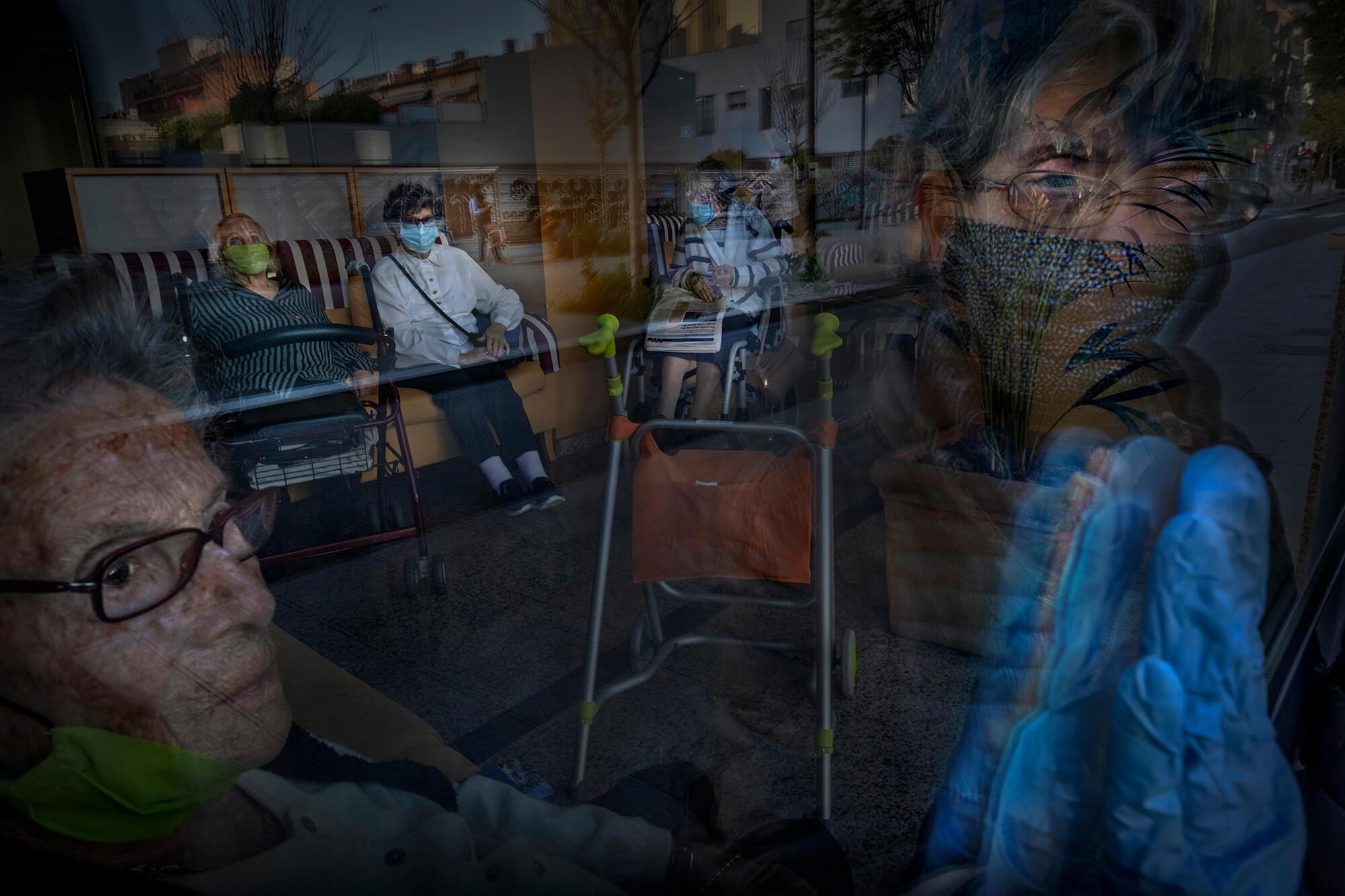 L'Hermínia, de 102 anys, saludava la seva filla a través del vidre d'una residència d'avis a Barcelona.
