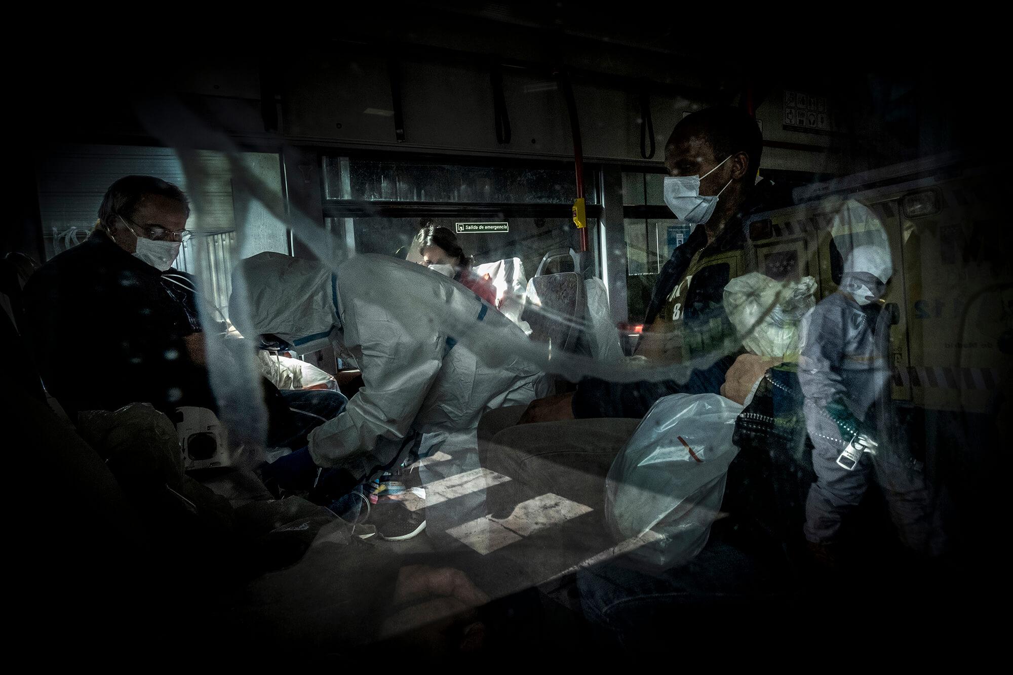 Personal sanitari atenent malalts de covid-19 en un dels busos gratuïts del servei especial per traslladar pacients a l'hospital de campanya d'Ifema, a Madrid.