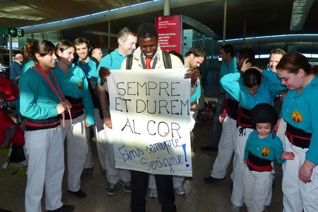 Els castellers acomiaden el jove quan va decidir acollir-se al programa de retorn voluntari i va viatjar de tornada al seu país d'orígen.