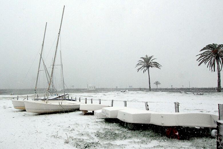 La platja de Castelló d'Empuries nevada, el 8 de març.