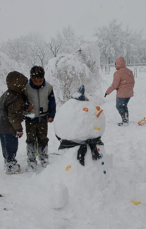 Uns nens fan un ninot de neu a Guissona.