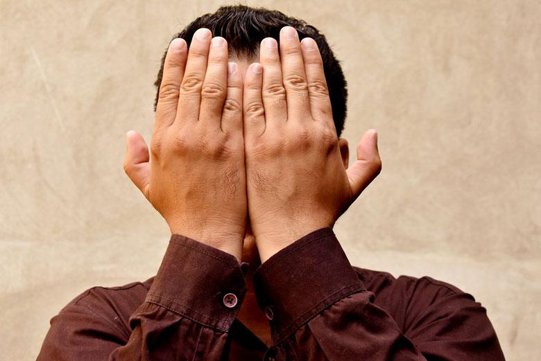 El  Mohammad es va casar amb una noia sense veure-la abans. Prefereix  mantenir l'anonimat i no mostrar la seva cara.
