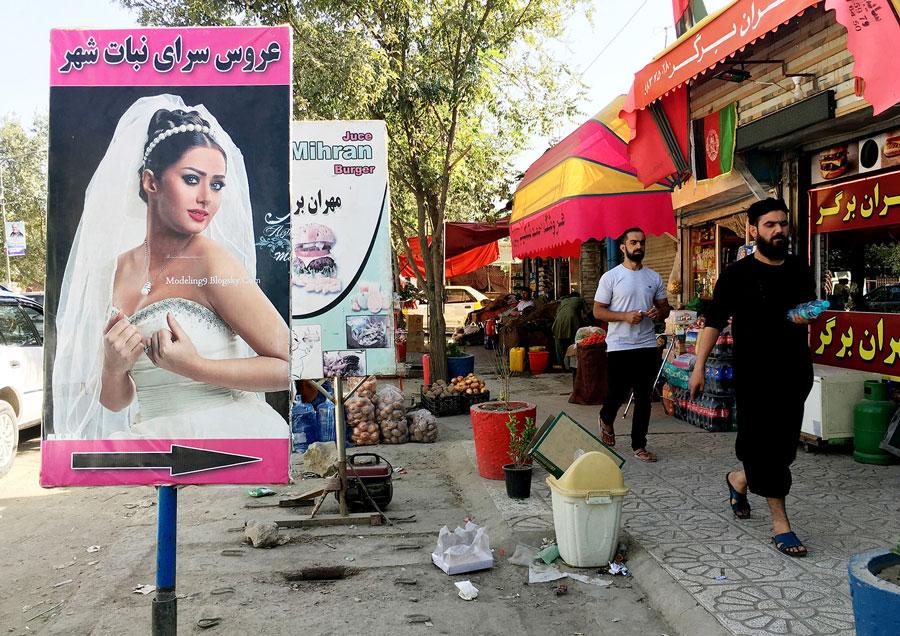Un cartell amb una núvia indica la ubicació d'un saló de bellesa per a dones a Kabul.