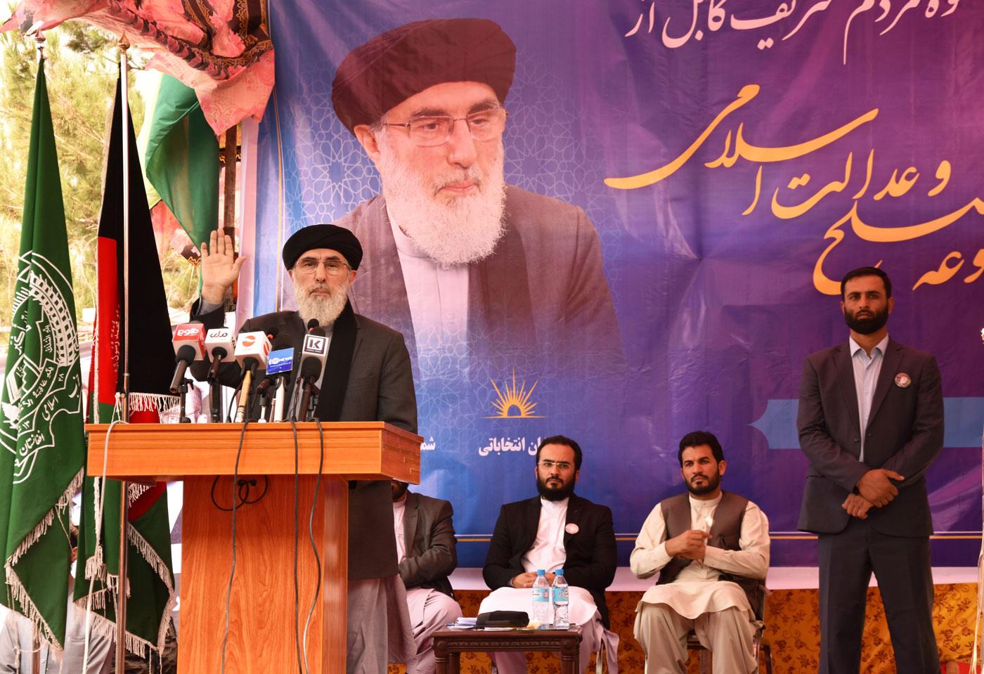 El criminal de guerra Gulbuddin Hekmatyar, durant el seu discurs al míting electoral de final de campanya, dimecres a Kabul.