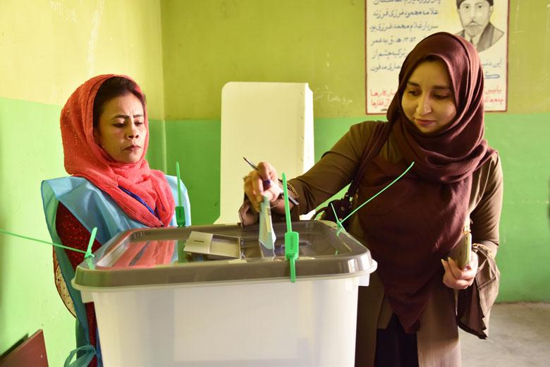Paixtana Omar Khil va ser ahir una de les poques votants al col·legi electoral de Zarghona, a Kabul.