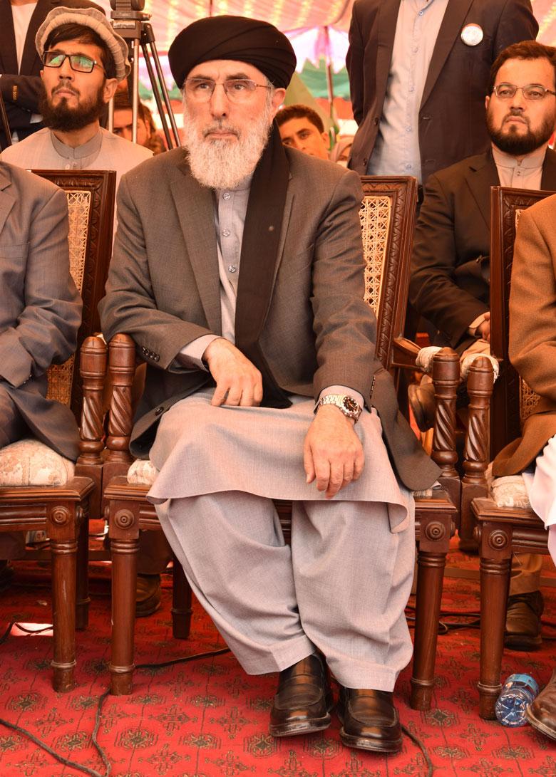 Gulbuddin Hekmatyar va matar milers de persones a l'Afganistan als anys noranta, segons les associacions de drets humans.