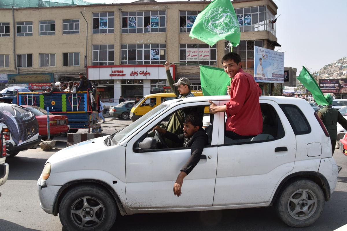 Seguidors de Gulbuddin Hekmatyar es passegen per Kabul amb la bandera verda del seu partit.