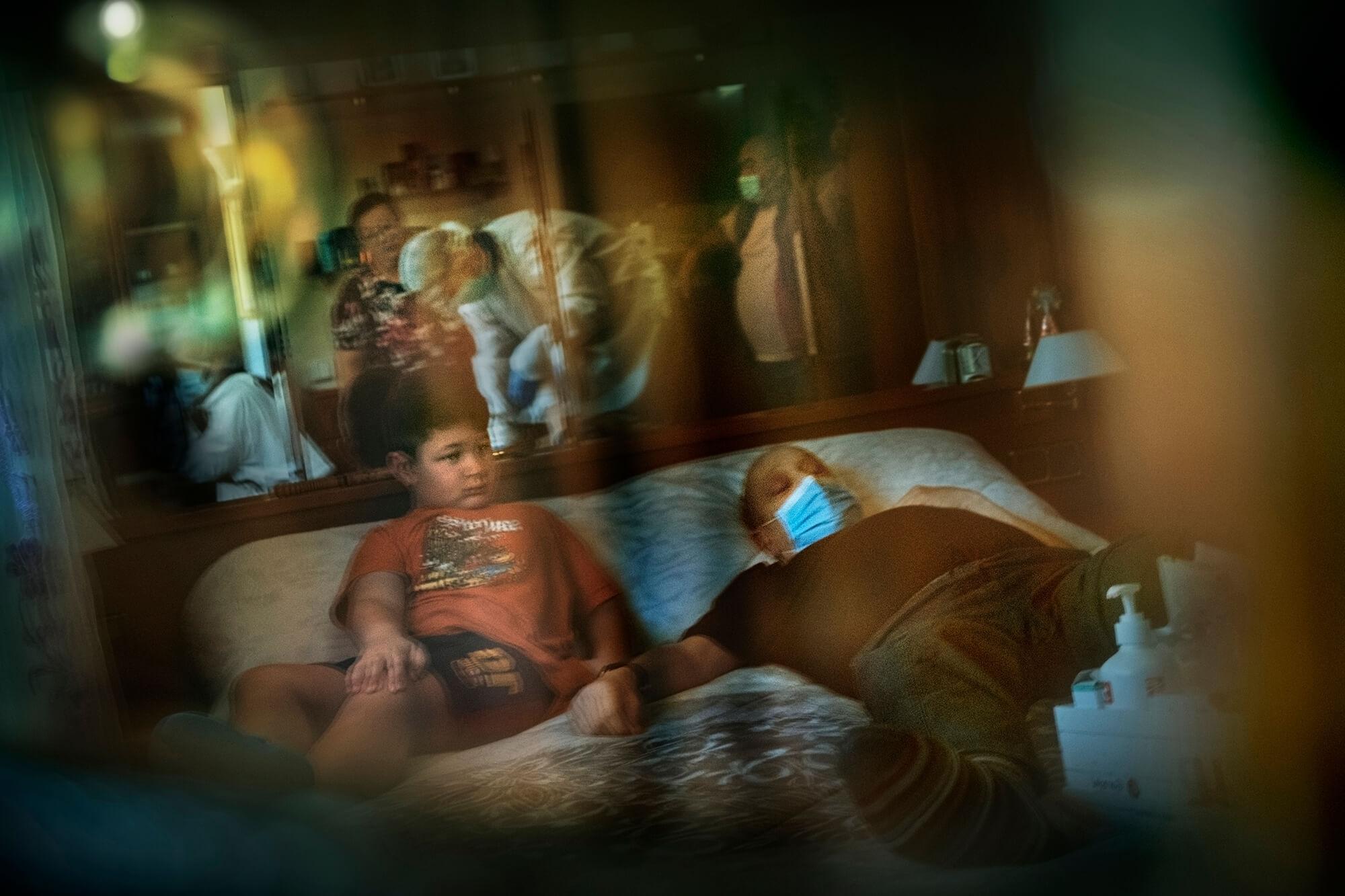 Un metge d'atenció primària atenent a domicili un pacient que no es pot desplaçar al centre sanitari.