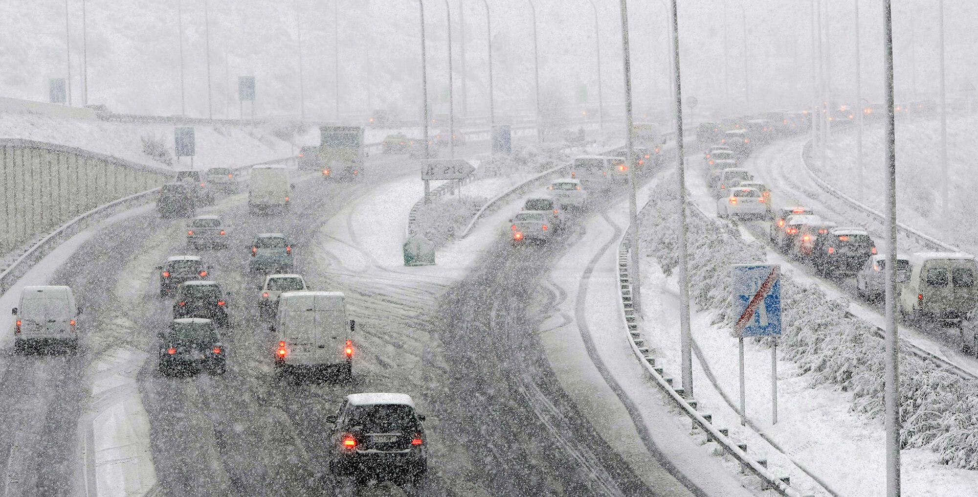 Aspecte de la gran nevada del 8 de març, amb cotxes circulant per la C-32.
