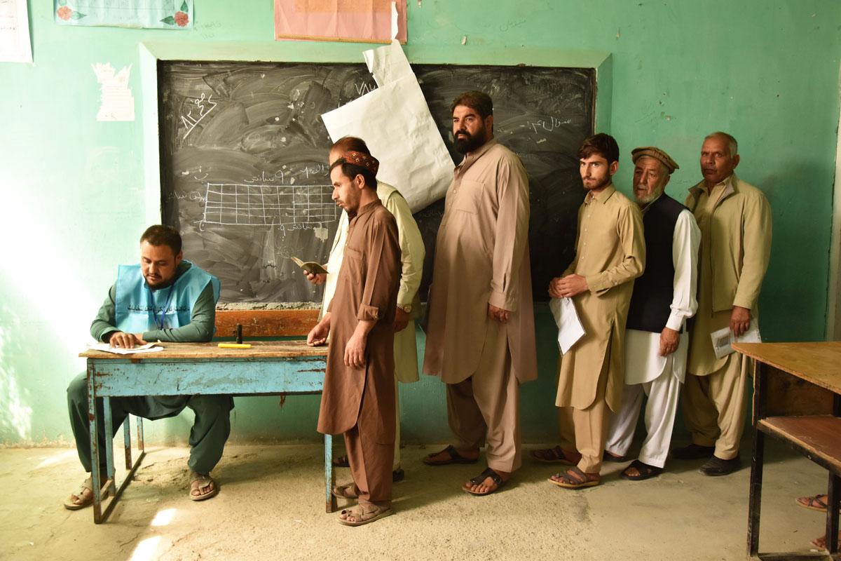 Diversos electors esperen per votar al col·legi de Rahman Mina, al barri de Karte Nau, de Kabul.